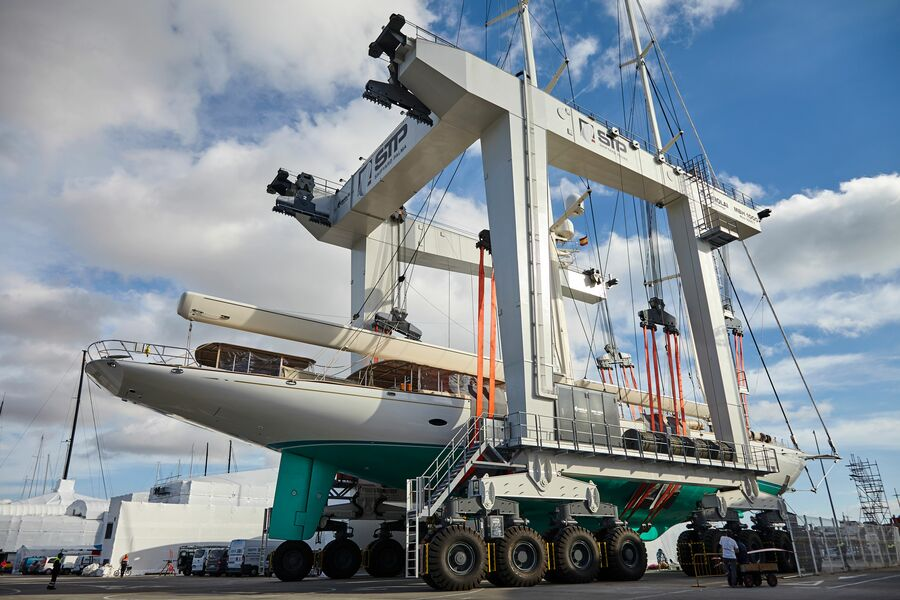 Hoisting out, dry dock and relaunch